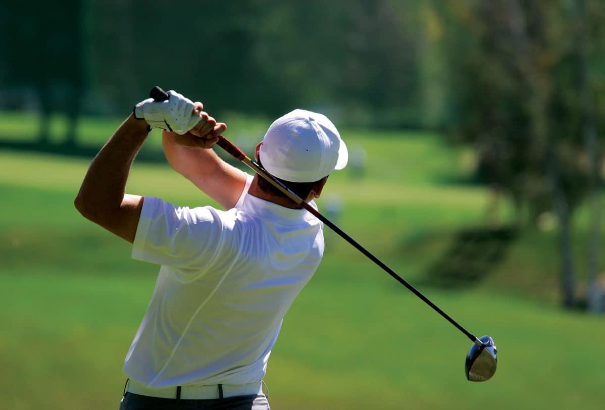 Hotel Lac Carling club de golf Resort Laurentides joueur frappant une balle